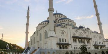 Premier appel à la prière depuis la mosquée Camlica à Istanbul asiatique : La plus grande mosquée en Turquie